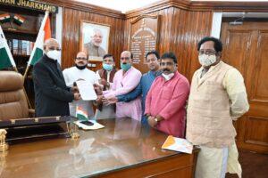 राज्यपाल से मुलाकात करता भाजपा अल्पसंख्यक मोर्चा का प्रतिनिधिमंडल