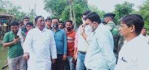 पाकुड़ के बाढ़ प्रभावित ईलाकों का दौरा करते मंत्री आलमगीर आलम