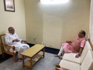 भाजपा के प्रदेश कार्यालय में क्षेत्रीय संगठन महामंत्री श्री नागेंद्र जी से मुलाकात करते पूर्व मुख्यमंत्री रघुवर दास