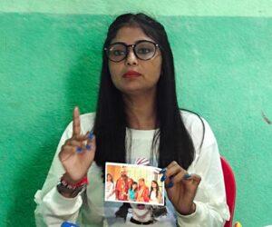 कतरास में की प्रेस कॉन्फ्रेंस करती प्रियंका उर्फ परी