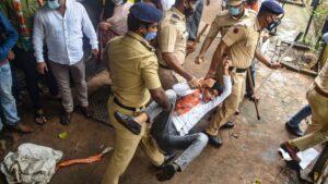 शिवसैनिकों के साथ झड़प के बाद एक भाजपा कार्यकर्ता को ले जाती मुंबई पुलिस