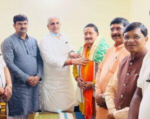 लोहरदगा से पहले रांची पहुंचने पर क्षेत्रीय संगठन महामंत्री नागेन्द्र जी ने दिलीप सौकिया को उनके जन्मदिन की बधाई दी
