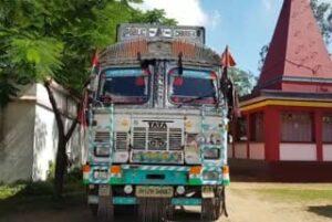 सफेद पत्थरों से लदा पकड़ा गया ट्रक