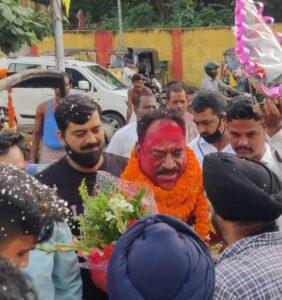 अध्यक्ष चुने जाने के बाद संजीव भारद्वाज रिंटू का स्वागत करते साथी पत्रकार