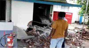 ब्लास्ट के बाद रेलवे का गार्ड रूम पूरी तरह क्षतिग्रस्त