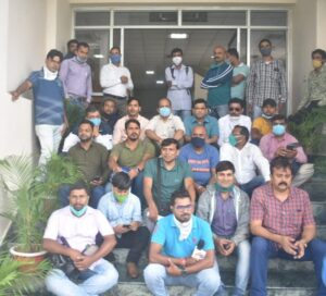 पुलिस मुख्यालय में विरोध जताते पत्रकार