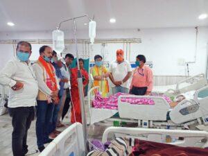 घायल पत्रकार वैजनाथ महतो को रिम्स में देखते ओबीसी मोर्चा के राष्ट्रीय महासचिव