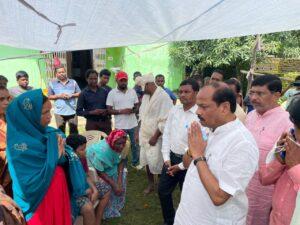स्व. जीतराम मुंडा के परिजनों से मिलने पहुंचे रघुवर दास