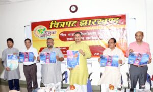 विमोचन करते राष्ट्रीय स्वयंसेवक संघ के अखिल भारतीय सह प्रचार प्रमुख आलोक कुमार