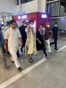 लखनऊ एयरपोर्ट से बाहर आतीं प्रियंका गांधी
