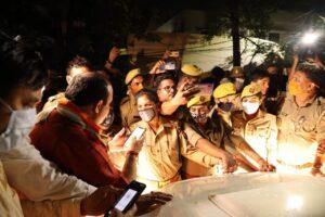 लखनऊ एयरपोर्ट से बाहर प्रियंका गांधी की गाड़ी रोकने की कोशिश करती पुलिस