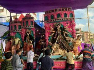 दुर्गा जी की मूर्ति को नुकसान पहुंचाते दंगाई