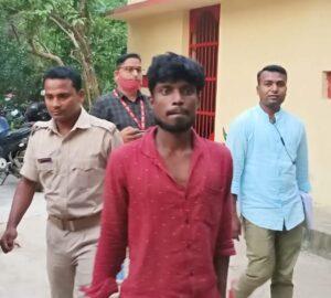 आरोपी महेन्द्र को पूछताछ के लिए ले जाती पुलिस