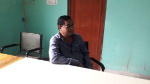 हिरासत में लिए गये पंचायत सेवक पंचायत सेवक उदित नारायण बर्मन