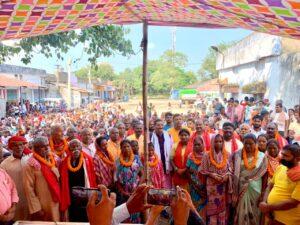 पंडरा में मजदूरों के साथ भाजपा के प्रदेश अध्यक्ष दीपक प्रकाश